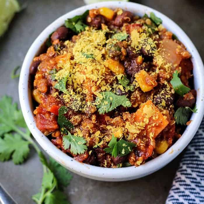 vegan slow cooker chili recipe with quinoa, nutritional yeast and cilantro