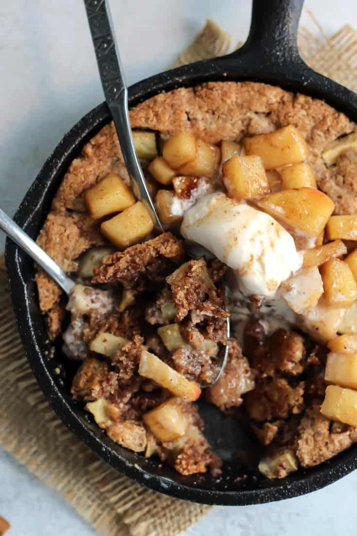 Love cookie skillet desserts! This Paleo Apple Pie version is so perfect! The best fall dessert. #apples #paleo #skillet